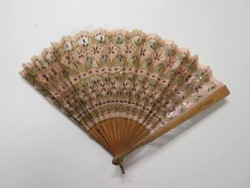 Hand fan made of maple slats and silk embellished with sequins, 1900-1910